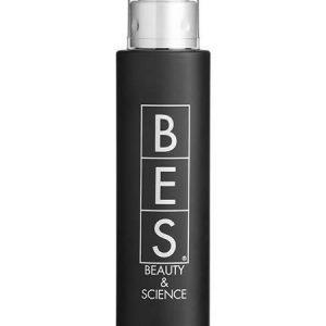 BES Frizz Control 100 ml. C'est un produit brillant, démêlant et émollient. Grâce à son pouvoir anti-crépu, il réduit l'effet électro-statique des cheveux. Indiqué comme isolant durant l'utilisation du fer à lisser. C'est un produit à double action. S'utilise sur cheveux mouillés pour mieux glisser la brosse pendant le séchage. Sur cheveux séchés donne luminosité soyeuse et brillante