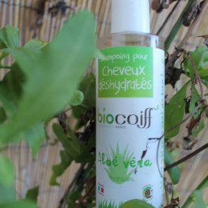 Le shampoing a l'Aloe Vera est conçu pour les cheveux colorés et déshydratés. Le Base lavante douce auquel on ajoute l'aloe vera hydratant, additionnée aux huiles essentielles de citron lisse parfaitement vos cheveux. 100% biologique, vegan. non testé sur les animaux