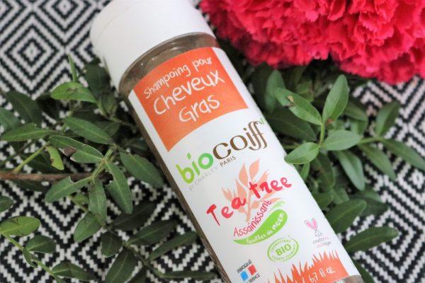 Le shampoing bio pour cheveux gras au Tea Tree a été conçu spécifiquement pour les cheveux gras.  Base lavante douce additionnée d'huiles essentielles de tea tree et de lavande, il assainit le cuir chevelu.  Il contre les problèmes de pellicules et calme les démangeaisons. 100% biologique, vegan. non testé sur les animaux