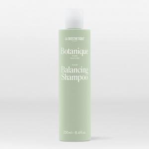 Shampoing équilibrant avec des substances lavantes douces à base de noix de coco, acides aminés et sucre, sans parfum, idéal pour le cuir chevelu sensible.