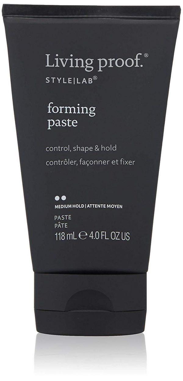 Cette pâte polyvalente combine les propriétés d'un gel, d'une cire et d'une crème coiffante pour contrôler, façonner et fixer les cheveux courts.