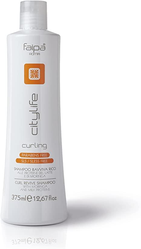 Shampoing ravive boucles pour cheveux frisé aux protéines du lait et de moringa. Idéal pour nettoyer les cheveux frisés en douceur, ce shampoing fait ressortir l'ondulation naturelle des cheveux en les protégeant de l'humidité, du vent et des agent atmosphériques. L'apport de protéine de lait et de moringa nourrit les cheveux en profondeur éliminant l'effet crépu non désiré.
