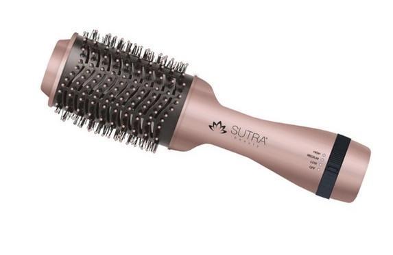 Séchoir brosse fait de tourmaline de forme ovale pour maximiser le volume. Technologie par ions pour réduire le temps de séchage. 2 niveaux de chaleurs. Léger. Rotation de 360 degrés. Pour tout types de cheveux.